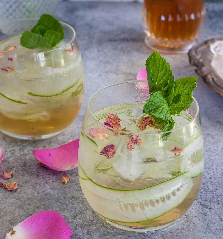 gin tonic-pepinos-petalos-rosa-coctel