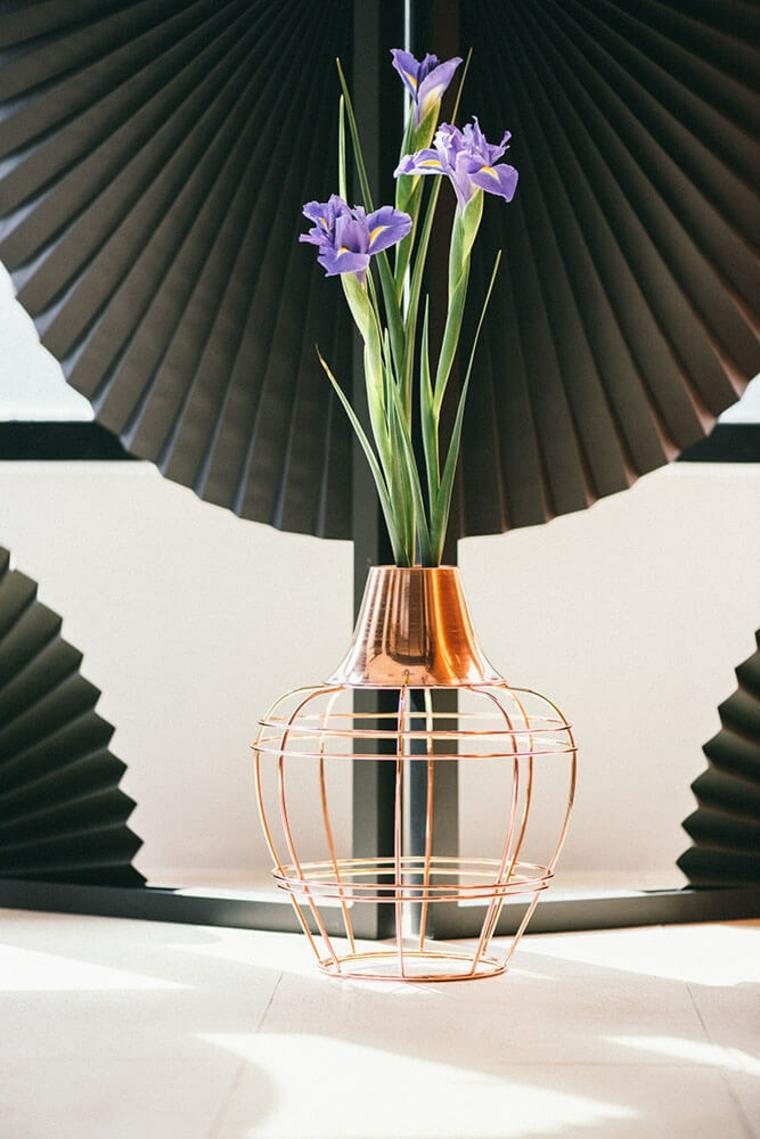 jarrones con flores cobre
