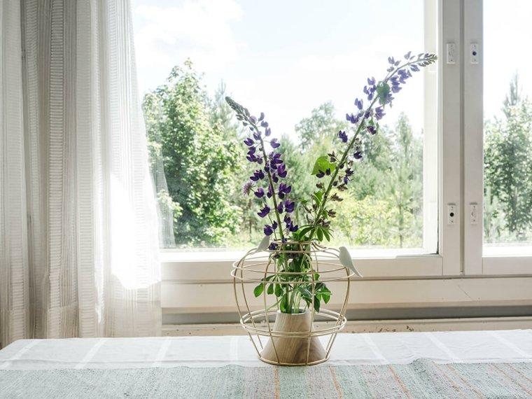 jarrones con flores en-la ventana