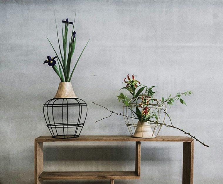 jarrones con flores negro