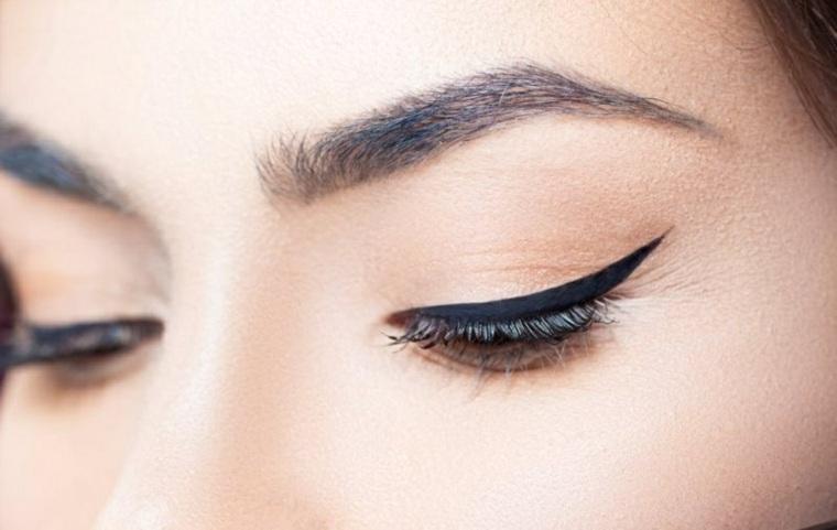 maquillaje eyeliner-aplicado-casa