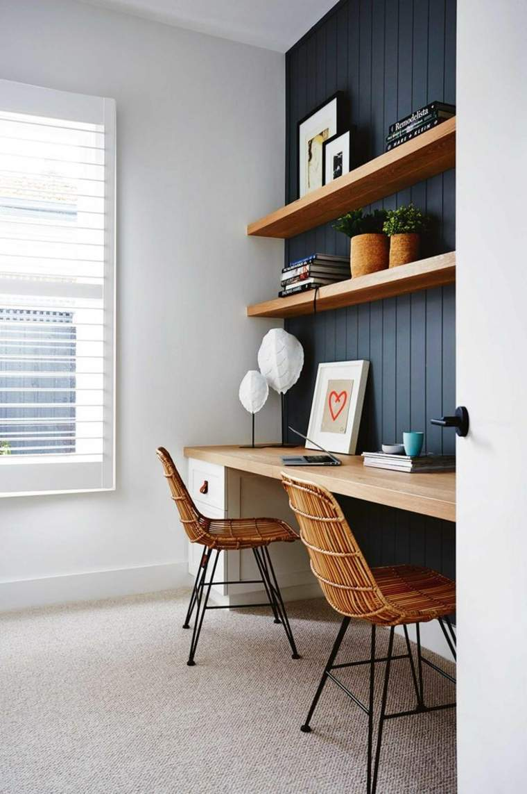 escritorio de pared instalado en el hueco de una ventana
