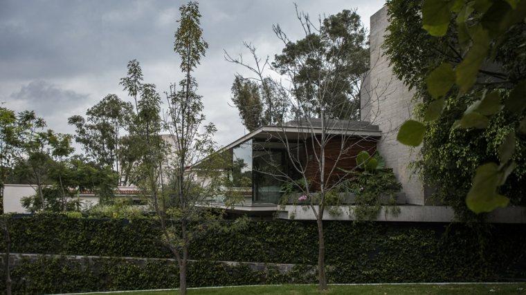 El edificio se siente cómodamente ubicado dentro de su entorno