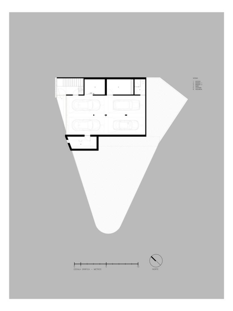El nivel del sótano conduce a estacionamiento y servicios