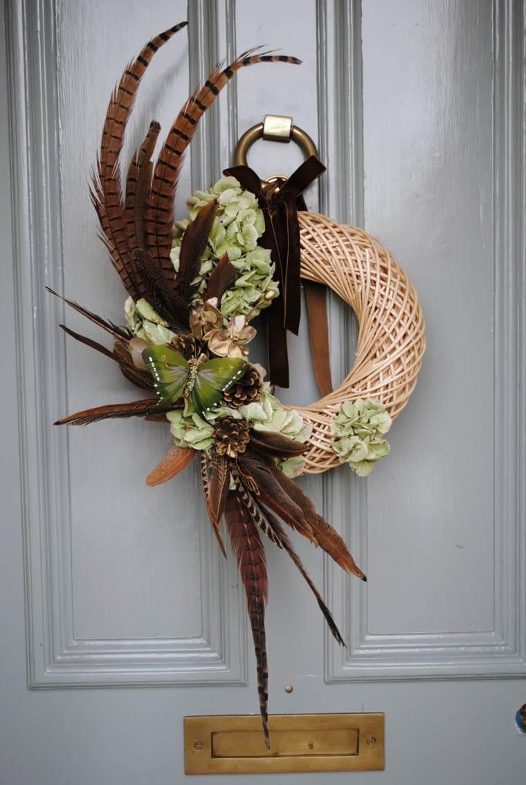 Corona de Adviento navideña con una exótica pluma de gran tamaño