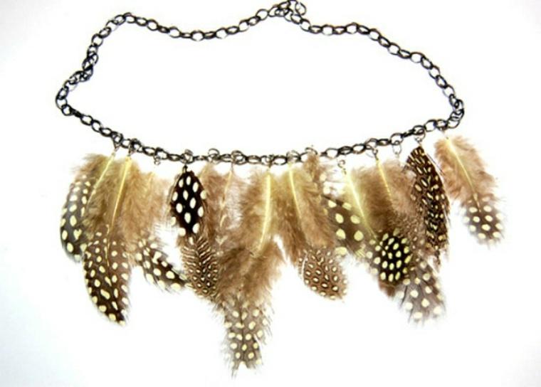 Pendientes y collares de plumas