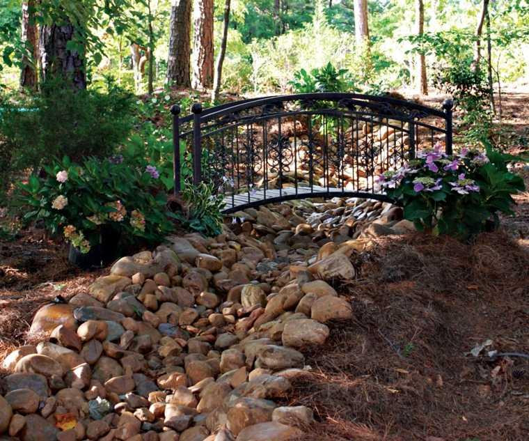Rio de piedras en el jardín