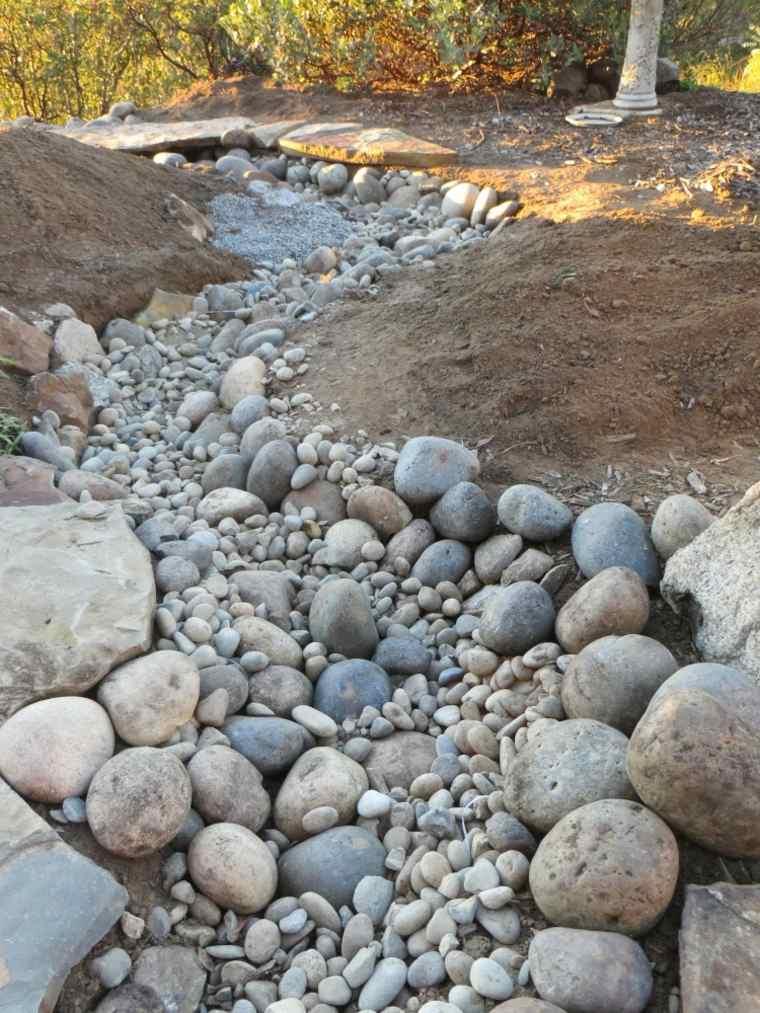 Río seco de piedras en el jardín - un hermoso punto focal