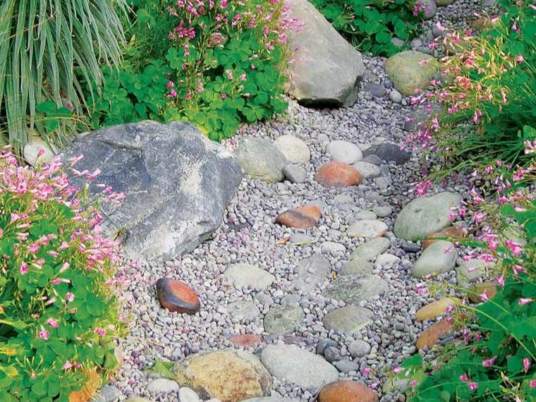 Río seco de piedras en el jardín - un hermoso punto focal para ...