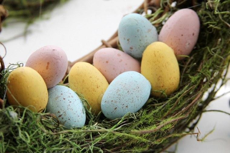 corona-musgo-ramas-madera-huevos
