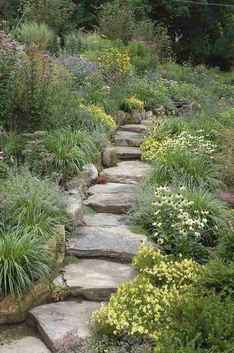 decoración jardín-ideas-escaleras-piedras-flores-silvestres