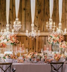 decoracion-abundante-flores-velas-candelabros-estilo-primavera