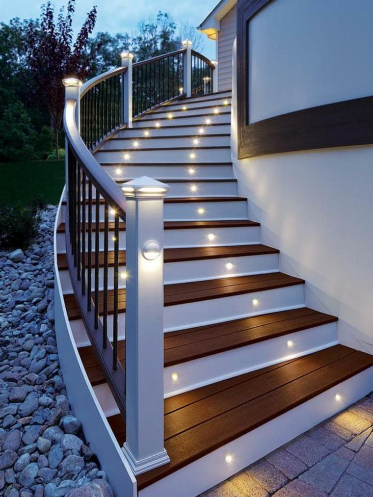 Dise o de escaleras de madera y piedras para jardines for Plaquetas decorativas para exterior