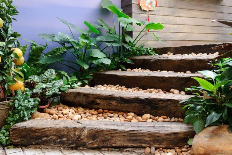 madera-reciclada-piedras-jardin-escalera