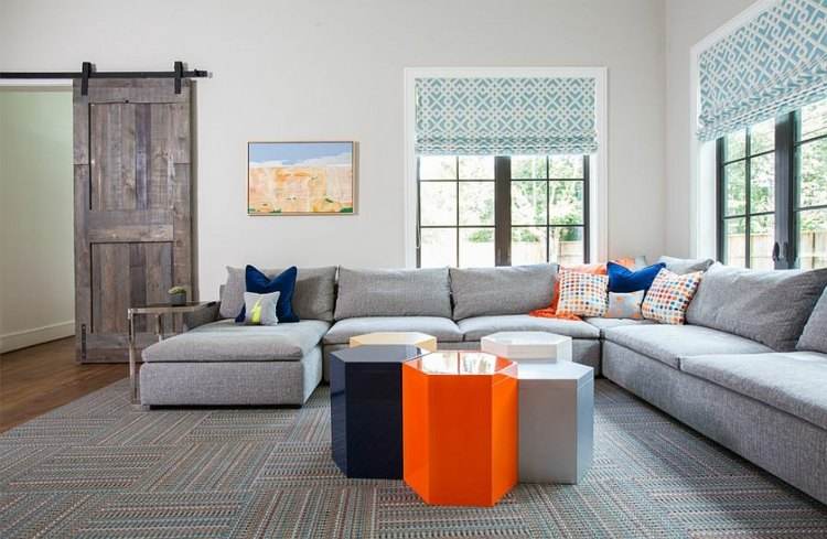 mesas-naranja-cojines-azules
