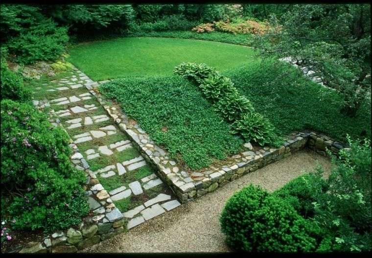 opciones-pendiente-jardin-diseno-cesped-losas