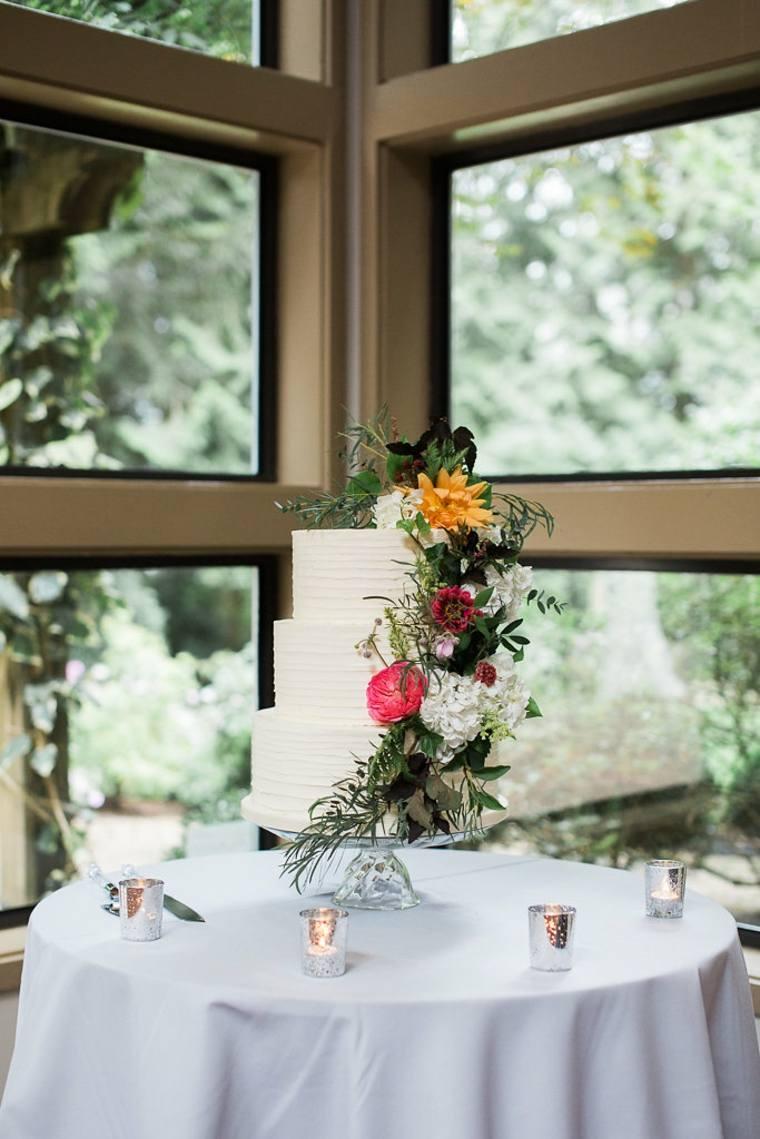 pasteles-de-boda-opciones-flores-ramas-hojas-verdes