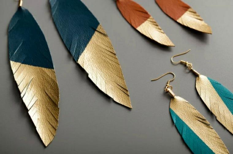 Pendientes de plumas con pintura de oro
