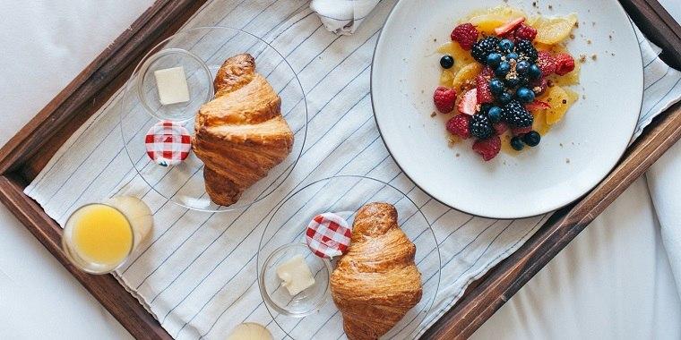 recetas de desayunos-cama-bandeja-madera