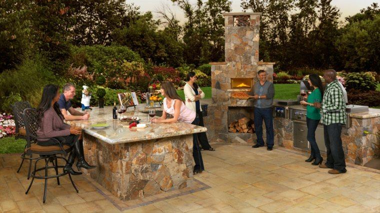 cocina exterior y barbacoa de piedra en el jardín