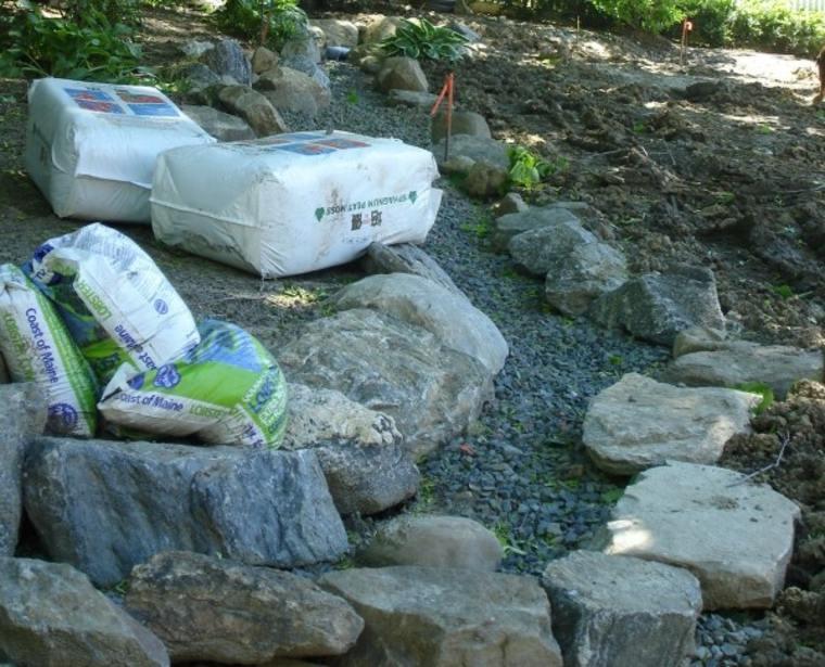 cómo hacer un río de piedras