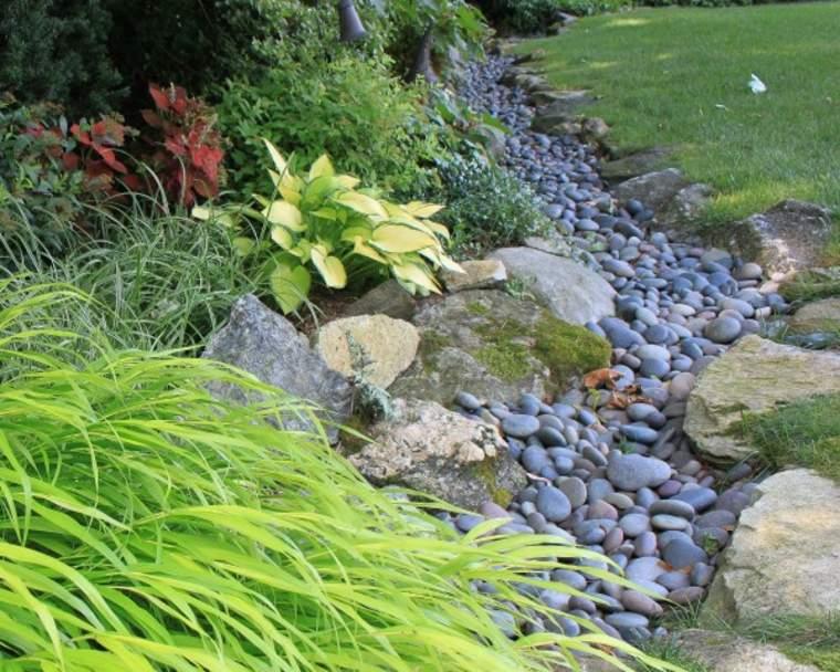 hacer un río de piedras en el jardín