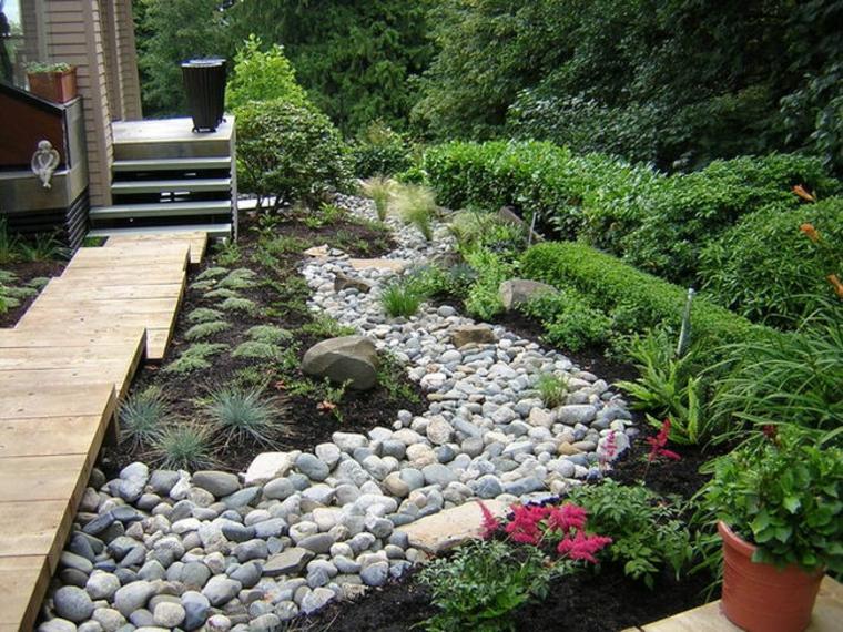 río de piedras en el jardín