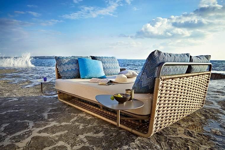 sofa-bello-elegante-comodo-exterior