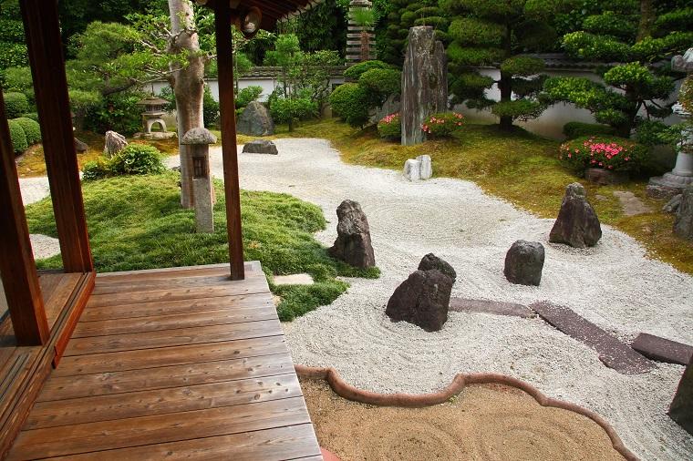 suelo-madera-terraza-piedras-grava-jardin-zen