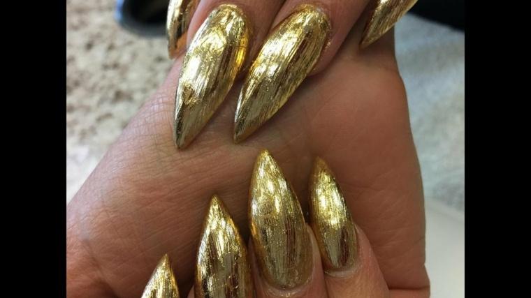uñas-de-color-dorado