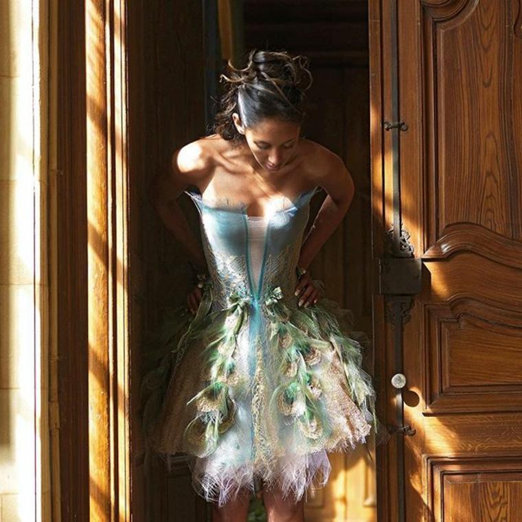 vestido-con-plumas