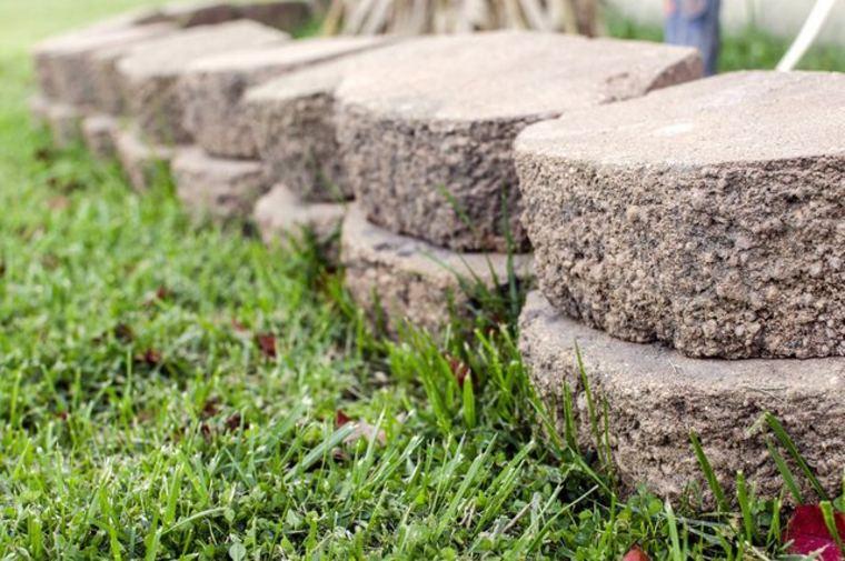 Decore su jardín con bordes de adoquines de plástico