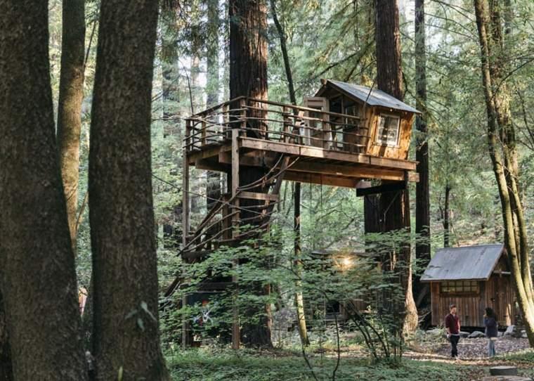 casa de madera moderna en el bosque