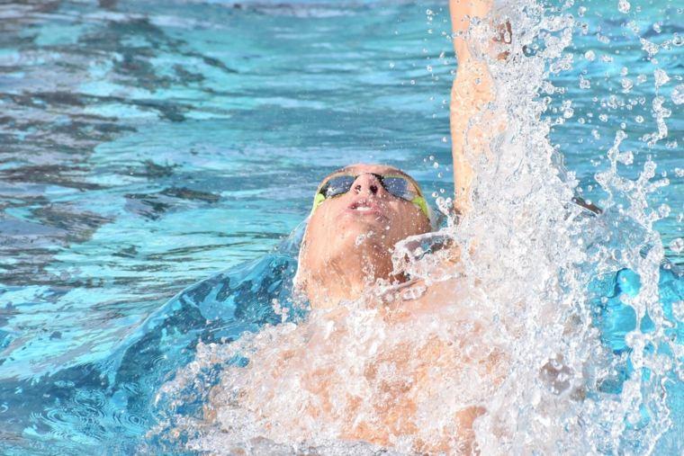 como bajar de peso-haciendo-natacion