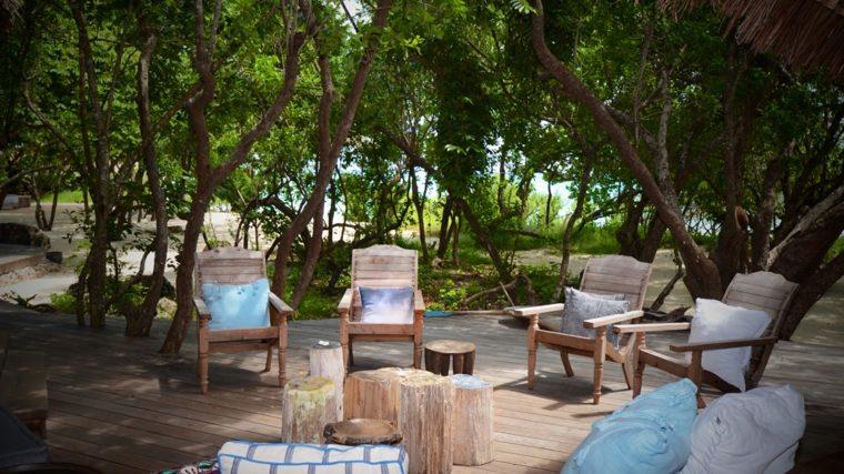 decoracion-de-exteriores-jardin-muebles-madera-mesitas-troncos