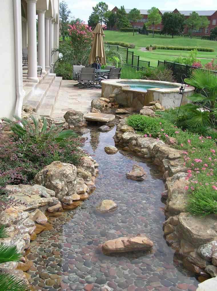 estanque-con-bordes-de-piedras