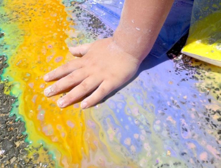 explosion-colores-ninos-pintura-tizas