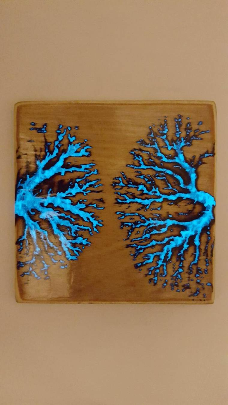 madera con grietas rellenas de resina