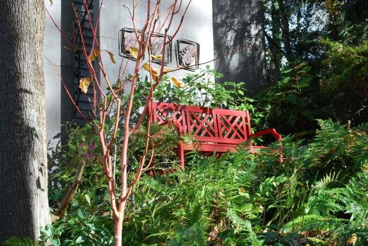 ideas-para-decorar-un-jardin-rustico-banco-madera-rojo