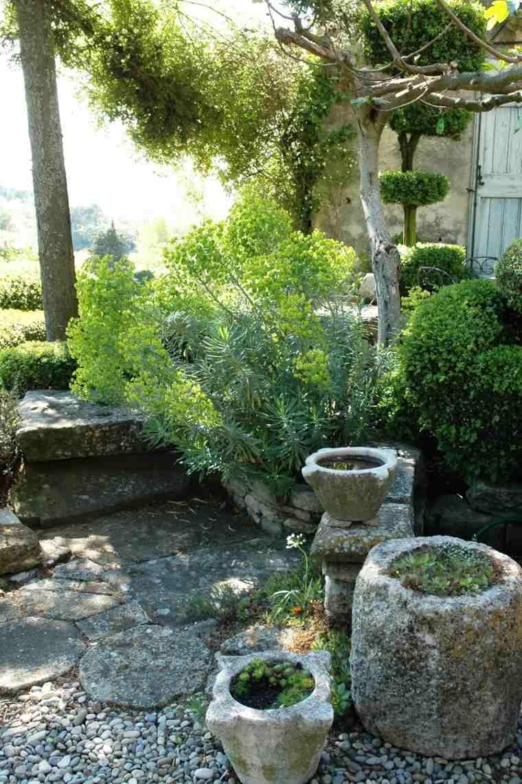 ideas-para-decorar-un-jardin-rustico-macetas-piedra-opciones
