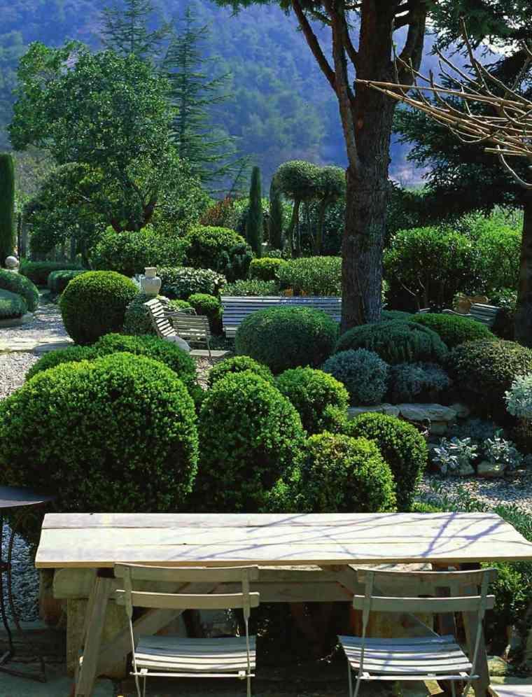 Ideas para decorar un jardín rústico-mesa-madera