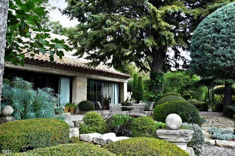ideas-para-decorar-un-jardin-rustico-plantas-perennes