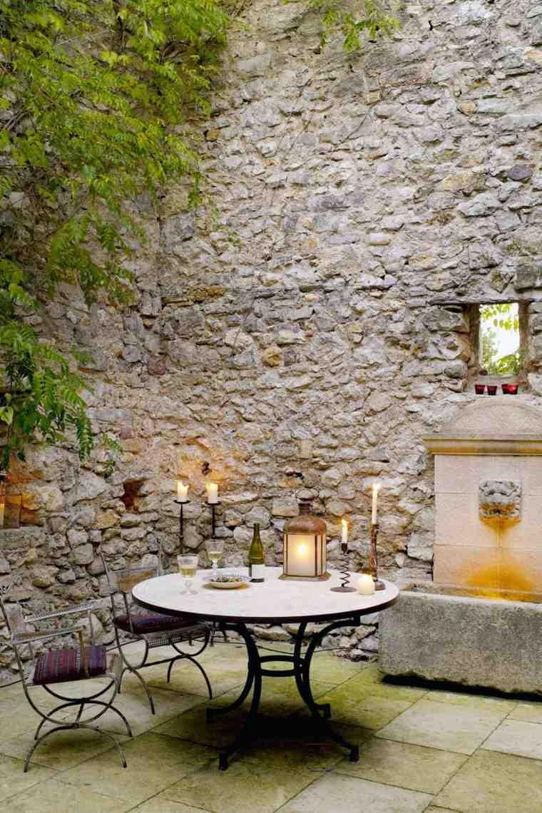 jardin-cerrado-paredes-piedra-estilo-muebles