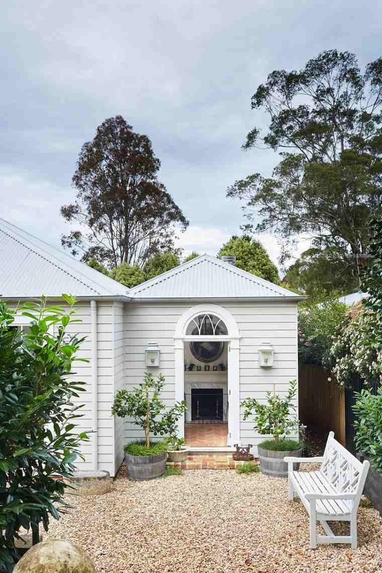 jardin-suelo-piedras-muebles-blancos-opciones