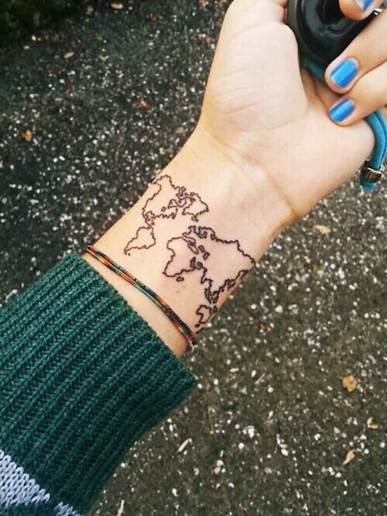 tatuaje de mapa en la muñeca