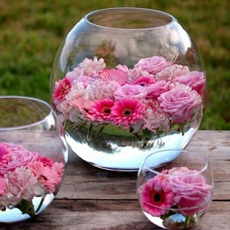 mesas de jardin-decoradas-jarrones-cristal