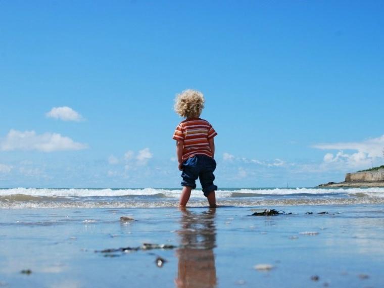 niño-en-la-playa