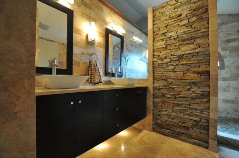 cuarto de baño de piedra y madera