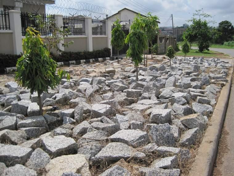 piedras-delante-de-la-casa