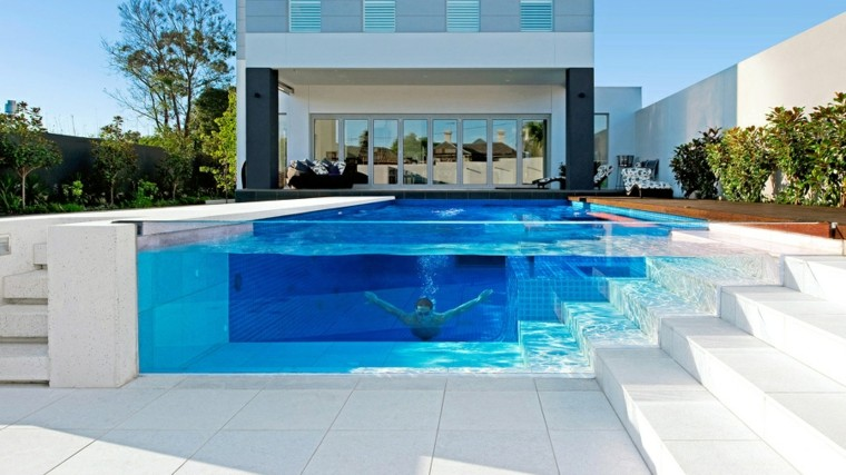 piscina-con-pared-de-vidrio